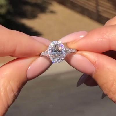 Ovale Schliff Weißer Saphir 925 Sterling Silber Geteilter Schaft Halo Verlobungsringe