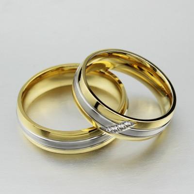 Runder Schliff Weißemer Saphir Gelbgold und Silber Titan Versprechen Paarringe